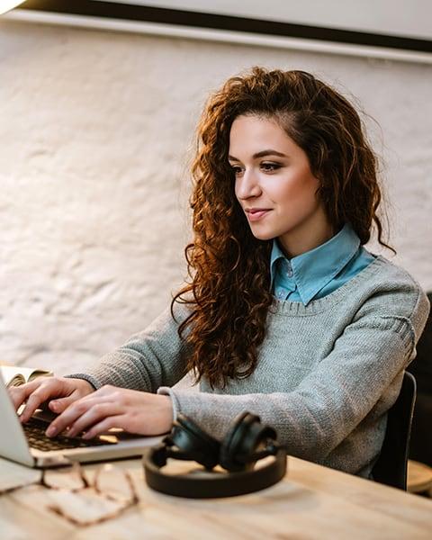 UTSA Online-Multidisciplinary Studies-Student on computer